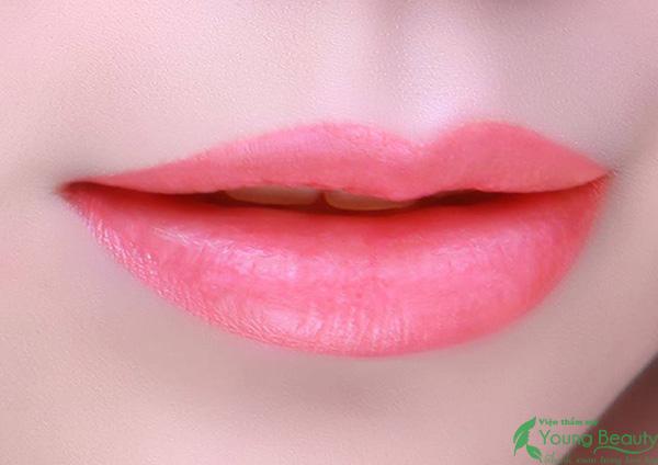 phun môi collagen